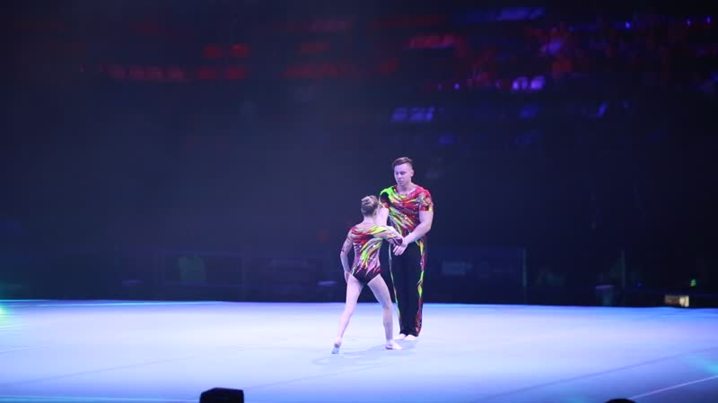 акробатическая пара, песня Улетай на крыльях ветра