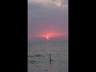 Солнце садится в море.