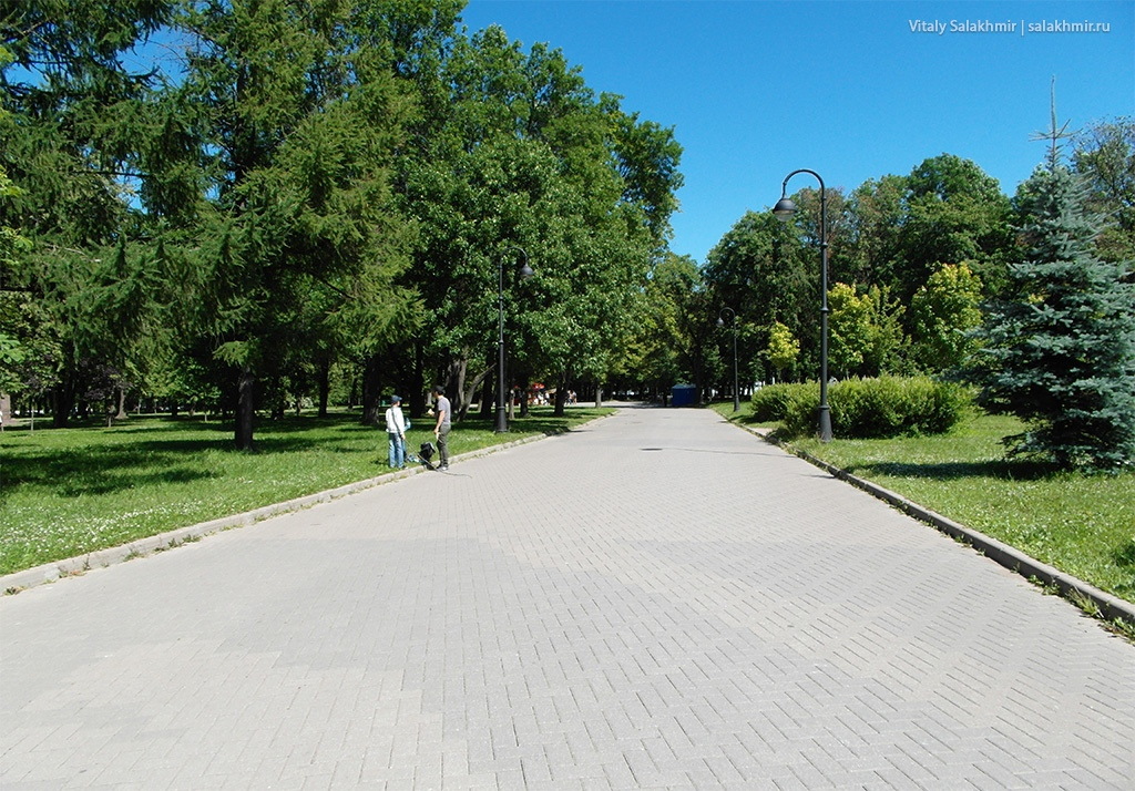 Каменная аллея в Московском Парке Победы, Санкт-Петербург 2019