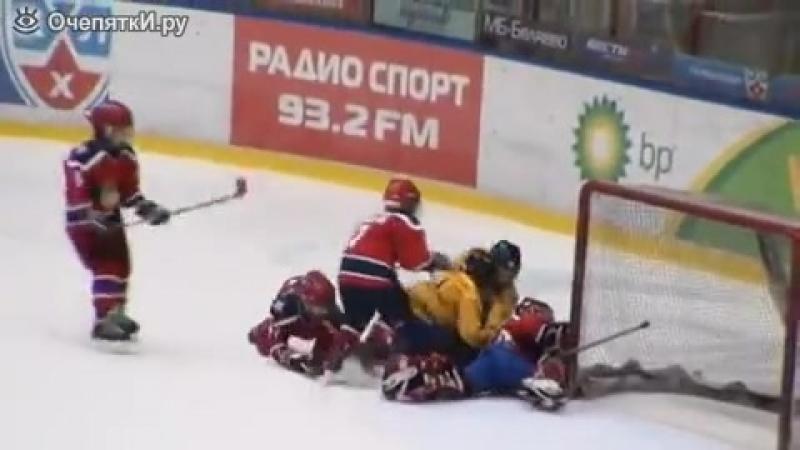 Маленькие хоккеисты-драчуны.mp4