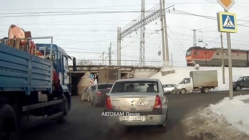 Грузовик сбивает балку перед железнодорожным мостом
