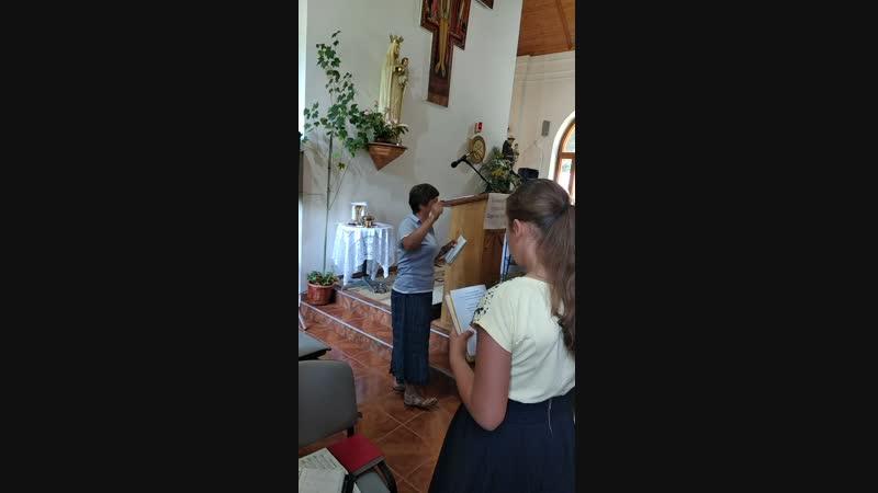 с. Лаура разучивают песню с детьми. Я малий христианин.