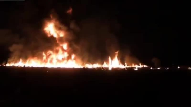 Мексиканцы пробили трубопровод с нефтепродуктами и сотни человек с канистрами ринулись набирать бензин 66💀