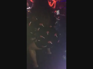 Anita dançando na boate igual uma vagabunda