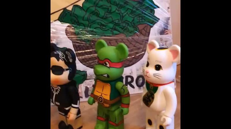 Коллаборация коллекционных игрушек Be@rbrick и картин Alec Monopoly