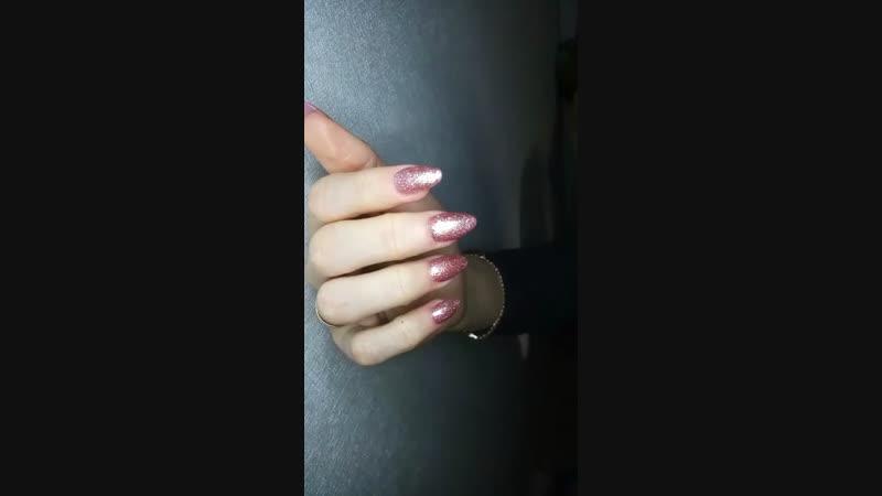 Розовые блестящие ногти