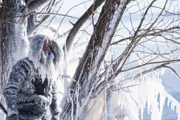 Что будет, если покорять волны в сильный мороз Двое парней из штата Мичиган, Дэн и Аллен, взяли под мышки доски и отправились покорять волны на озере Верхнее, расположенное на границе с Канадой.