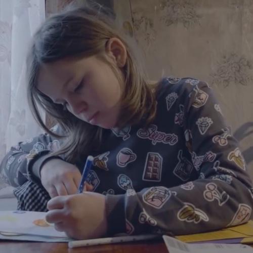 12-летняя девочка попросила Путина о помощи. Односельчане начали травить семью и опубликовали откровенное фото подростка