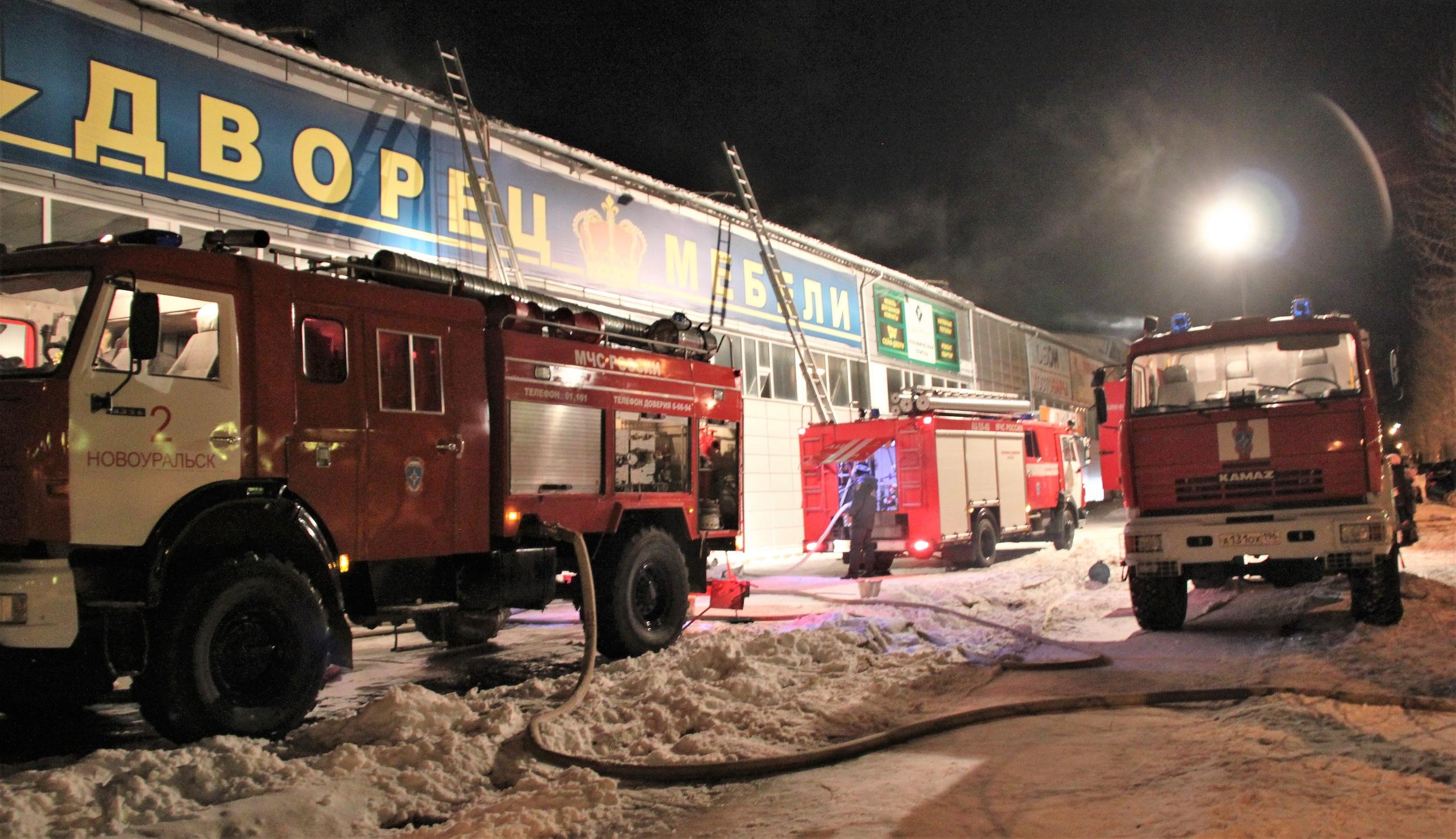 Во время пожара во «дворце мебели» автолюбители не пропускали огнеборцев