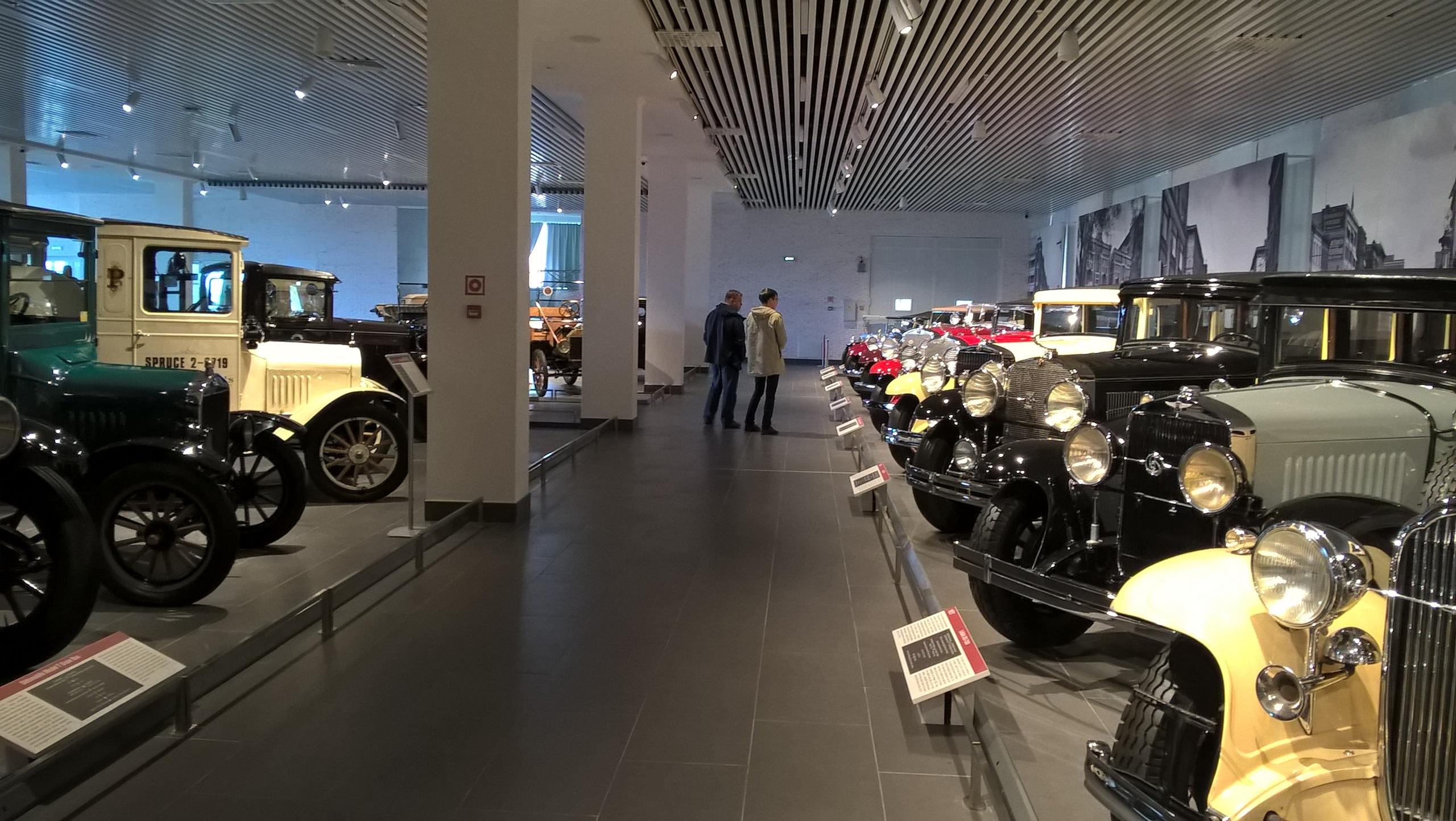 первый этаж музея ретро-автомобилей в Верхней Пышме