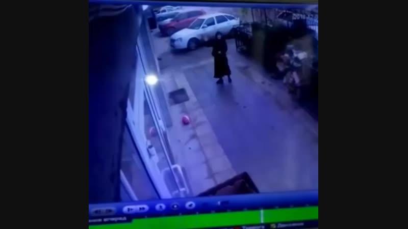 В Махачкале случайные проходящие мимо дома водитель маршрутного такси и диспечер поймал девочку выпавшую из квартиры на пятом э