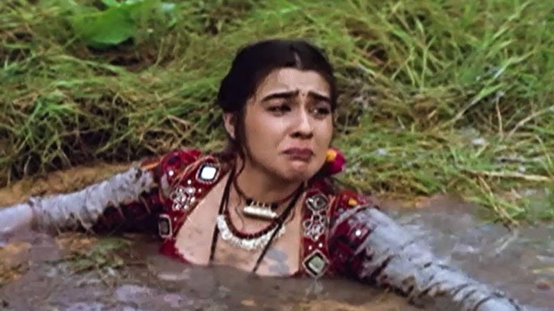 Vinod Khanna Saves Amrita Singh Dharam Sankat Scene Bollywood Action Hindi Movie