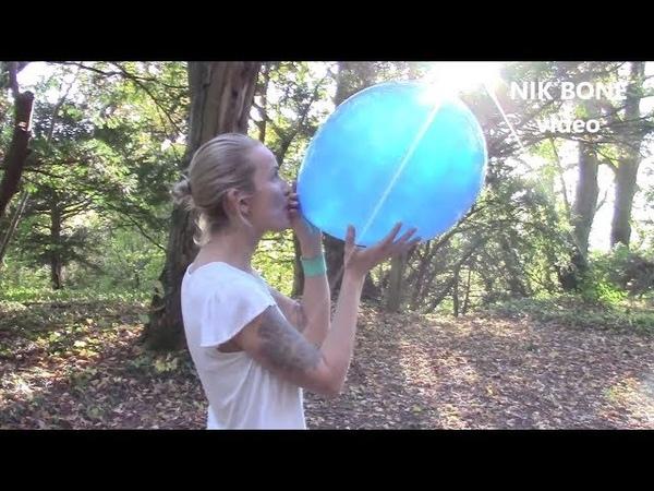 Vier große schöne Luftballons werden von Vanja aufgepustet und in die Freiheit entlassen - NoPop