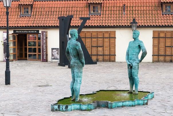В Праге около кирпичного завода Гергета есть электромеханическая статуя двух писающих мужчин, созданная скульптором Давидом Черни
