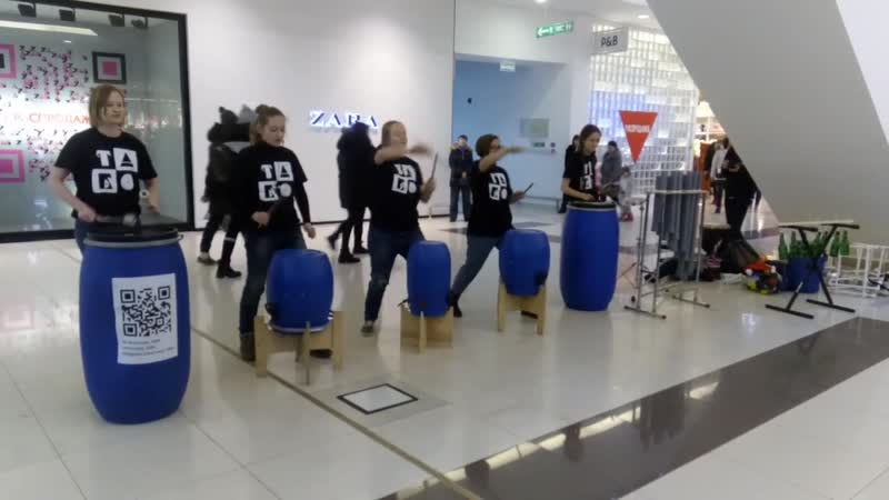 Барабанный оркестр сыграл нестандартную музыку в тюменском торговом центре