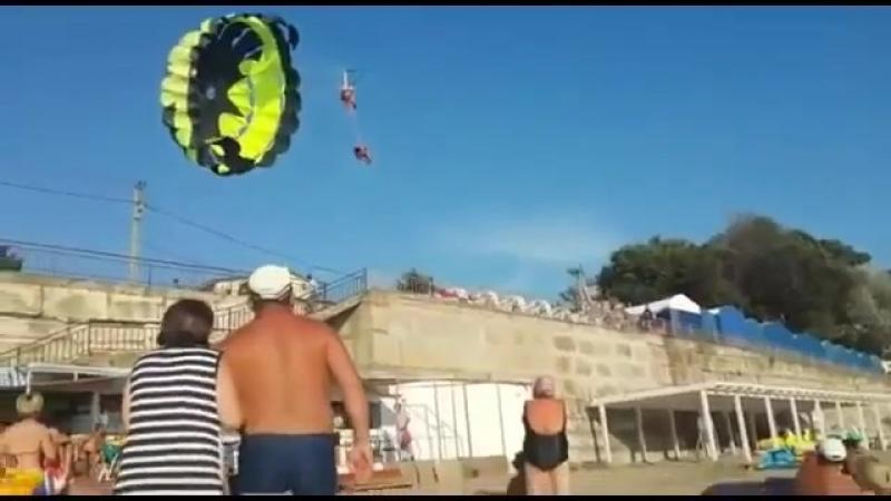 В Джубге молодую пару ударило током во время катания на парашюте, получили электротравмы и упали на землю.