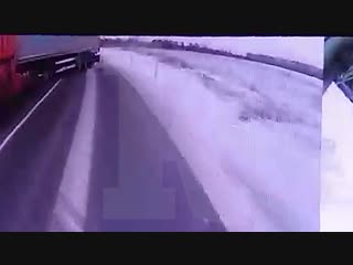Момент столкновения фуры и автобуса в Калининградской области попал на видео.