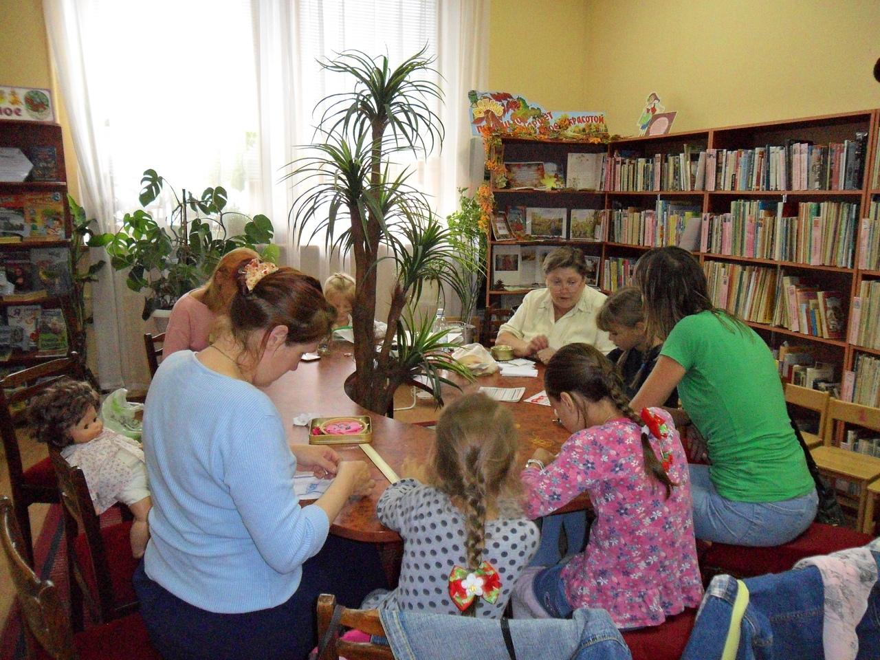 Донецкая республиканская библиотека для детей, отдел искусств, кружок художественной вышивки,  занятия с детьми