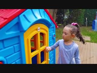 The Öykü build a house in front the house - Funny Oyuncak Avı