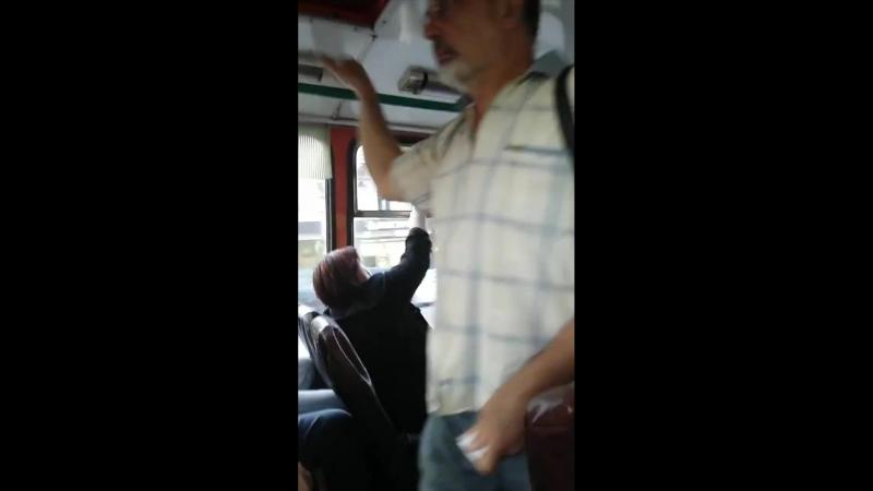 Это самый драматичный бой в автобусе этого лета... Интересно, кто победил? ??