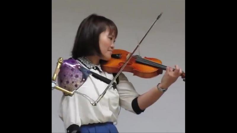Жительница Японии научилась играть на скрипке, несмотря на инвалидность. Киборги среди нас