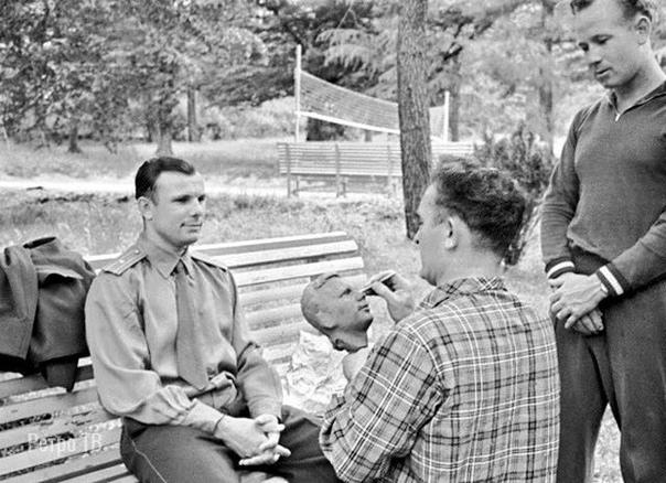 Советский скульптор Г. Н. Постников работает над бюстом Юрия Гагарина, 1961 г.
