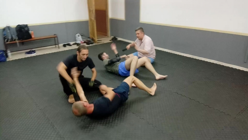 Упраженение атака-защита в нижнем уровне, лежа и сидя.