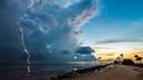 Картинка облака. Молния, океан, природа.