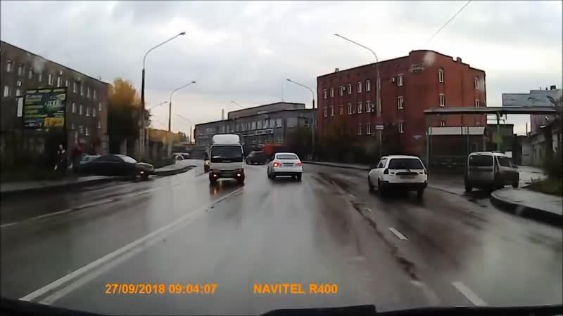 КамАЗ занесло на мокрой дороге...