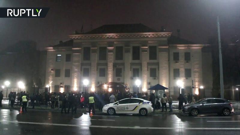 Здание дипмиссии России в Киеве закидали дымовыми шашками