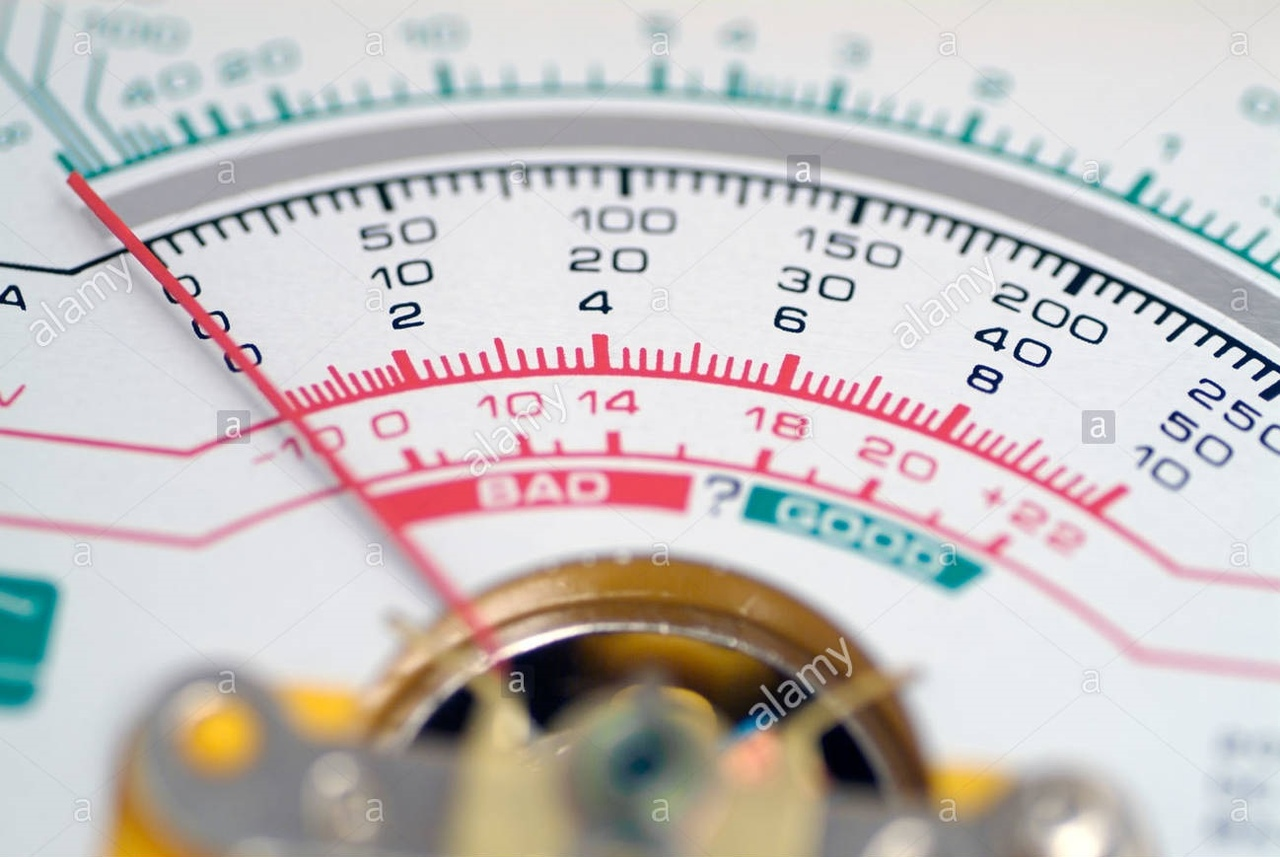 Аналоговый мультиметр, также известный как VOM (вольт-ом-миллиамперметр), представляет собой электронный измерительный прибор, который объединяет в себе несколько измерительных функций. Типичный мультиметр может измерять напряжение, ток и сопротивление. Аналоговые мультиметры используют микроамперметр с движущимся указателем для показа изменений.