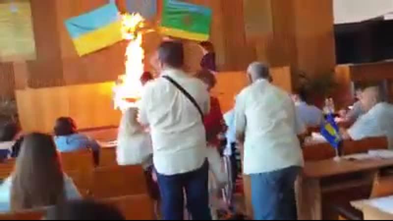 На Житомирщині підприємець підпалив себе на сесії міськради