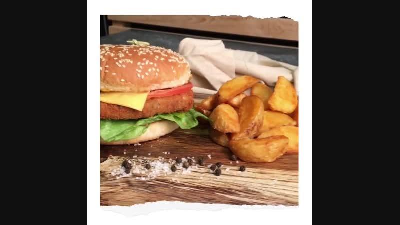 Ох уж эта парочка 😍 Чикен Бургер и картофель по деревенских 🍔🍟 Они легко могут претендовать на звание пары года ❤️ Широкую изв