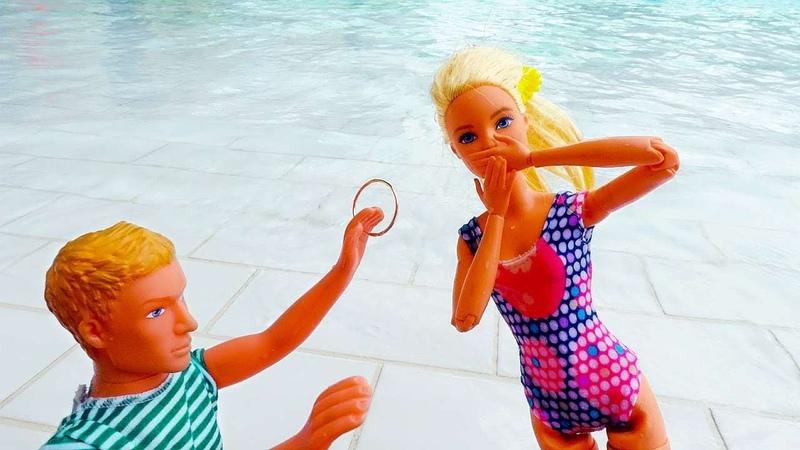 Кен делает предложение Барби в аквапарке Видео для девочек