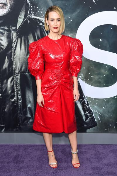 Сара Полсон в красном