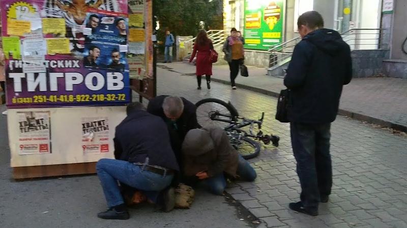 Опера жёстко крепят вело-наркобарыгу. Real video