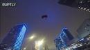 Парашютисты в костюмах Деда Мороза спрыгнули с высотки в центре Москвы