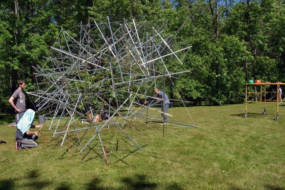 Студенты Болл Стейт построили параметрическую структуру Тенсегрити для местной художественной ярмарки Манси