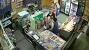 В Самаре грабитель напал на магазин с кухонным ножом и порезал двух женщин