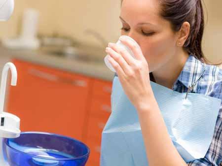 Пациентам обычно предписывают полоскать рот полосканием для рта после получения начинки.