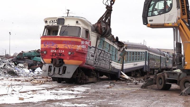 Слом моторного вагона дизель-поезда ДР1А-224 1 Scrapping of DR1A-224 DMU motor car 1
