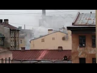 На Лиговском проспекте среди исторических зданий горит четырёхэтажный корпус