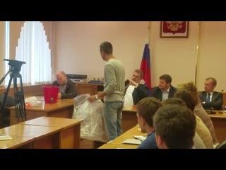 Житель Балахны вручает ведро проектировщику нижегородского гидроузла