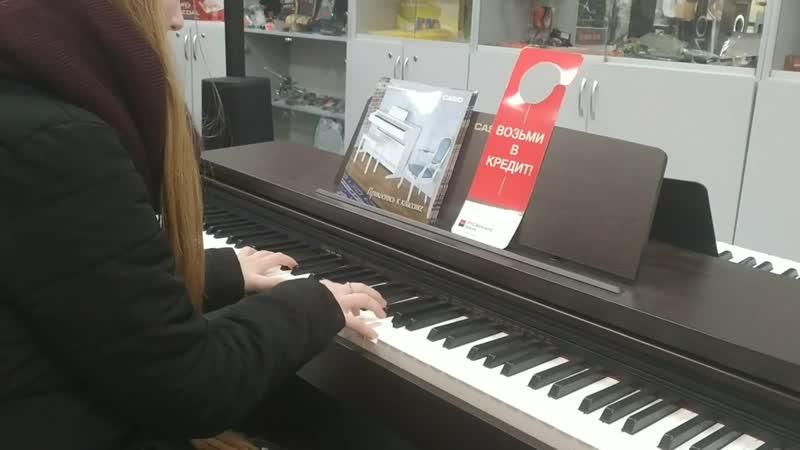 Девушка. Игра на пианино.