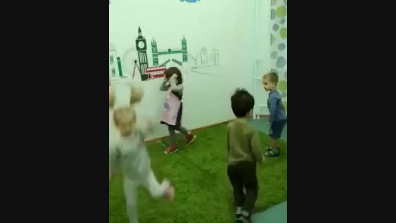 Учить английский прыгая, танцуя и дурачась весело😀 и очень эффективно. Пингвины 🐧 и мартышки 🐒 😜 - sunschool_izumrud изумрудны