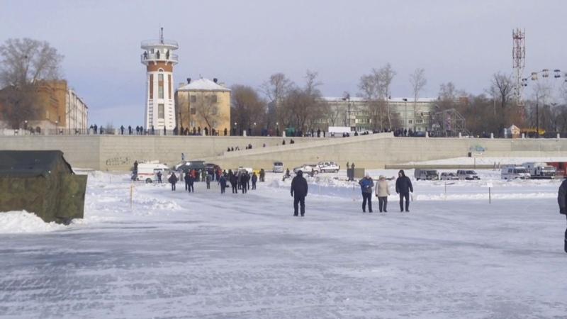 Хоккеисты России и Китая сыграли дружеский матч на льду пограничной реки Амур