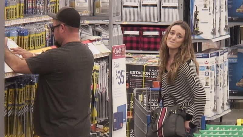 Сценаристы Эллен в магазине разговаривают строчками из песен.