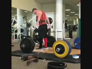 Strength of Body. Парень перед становой тягой делает странное потрясывание задницей