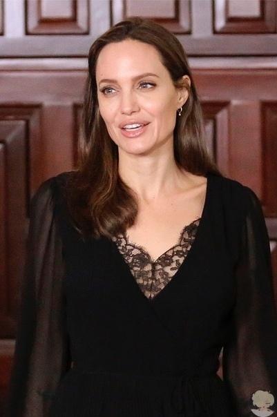Анджелина Джоли на благотворительной встрече в Перу
