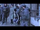 Un policier assomme un homme interpell